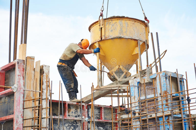 Download Bauarbeiter, Die Beton Mit Fass Gießen Stockbild   Bild Von  Formular, Erbauer: