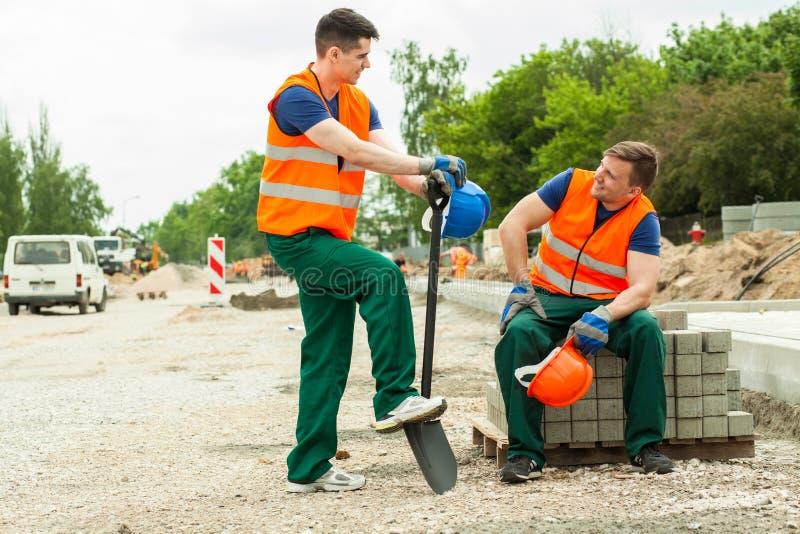 Bauarbeiter, die Bruch haben stockbilder