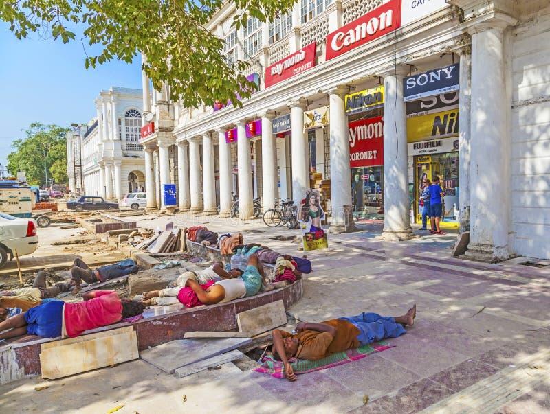 Bauarbeiter entspannen sich an Connaught-Platz stockbild
