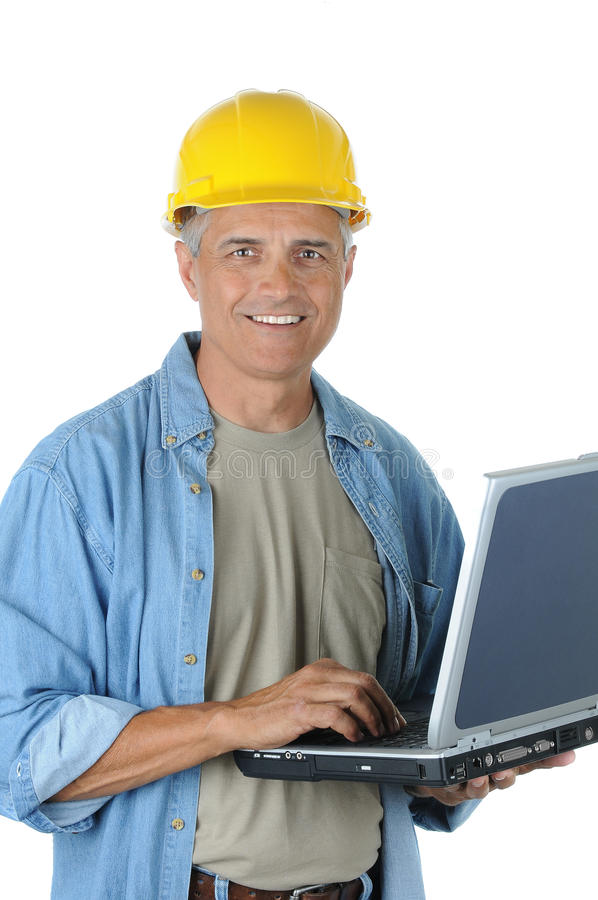 Bauarbeiter-Holding-Laptop lizenzfreie stockfotografie