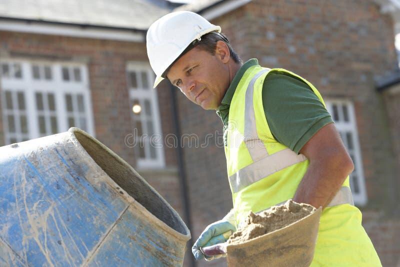 Bauarbeiter-mischender Kleber stockbild