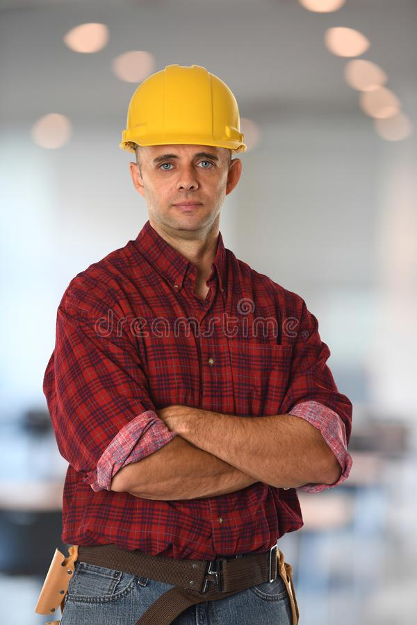 Bauarbeiter mit den Armen gekreuzt lizenzfreies stockbild