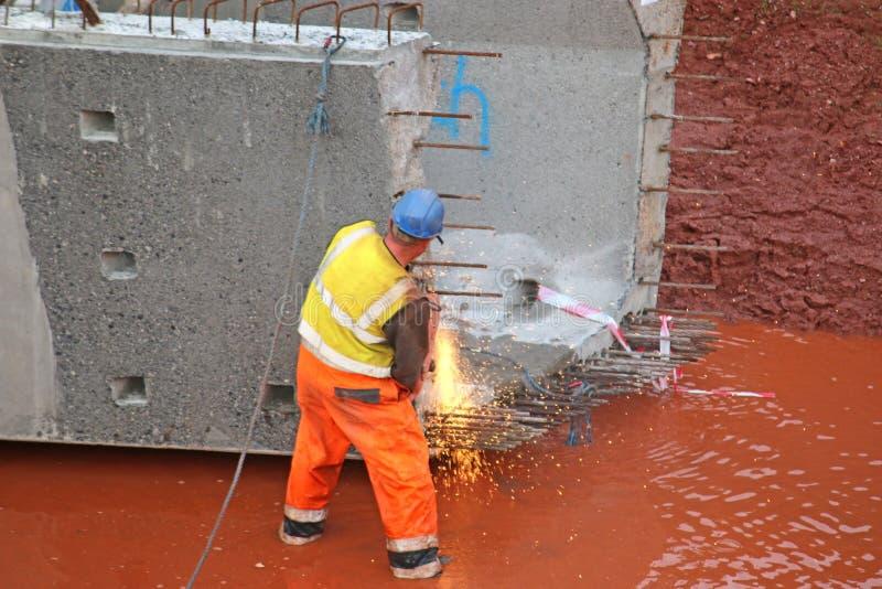 Bauarbeiter mit einem Brückenstrahl lizenzfreies stockbild