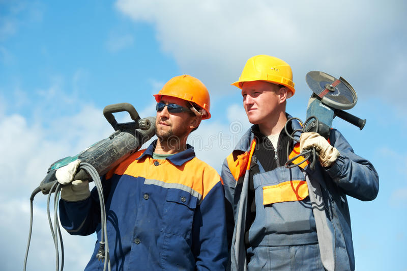 Bauarbeiter mit Leistunghilfsmitteln stockfotos