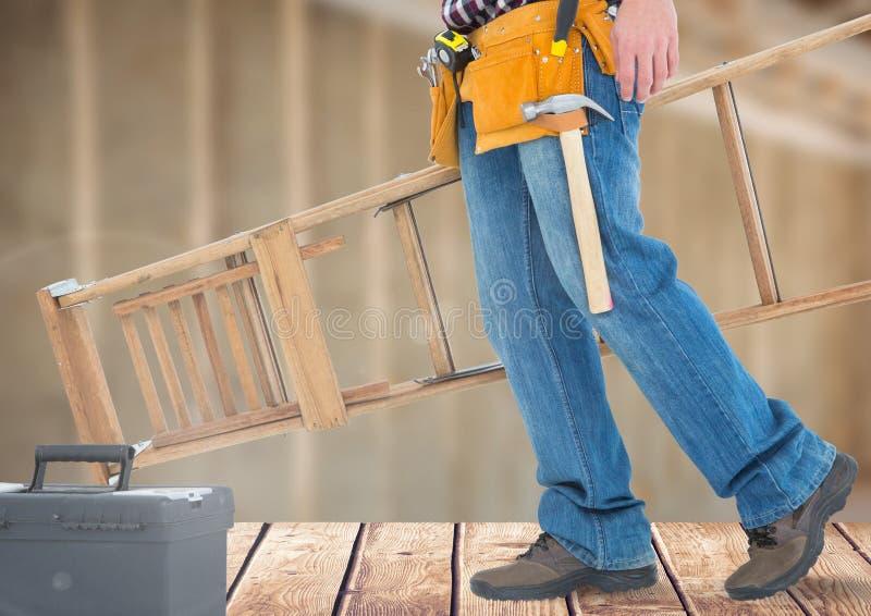 Bauarbeiter mit Leiter vor Baustelle lizenzfreie stockbilder