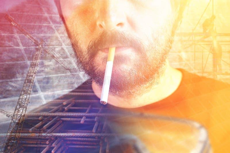 Bauarbeiter mit Zigarette lizenzfreie stockbilder