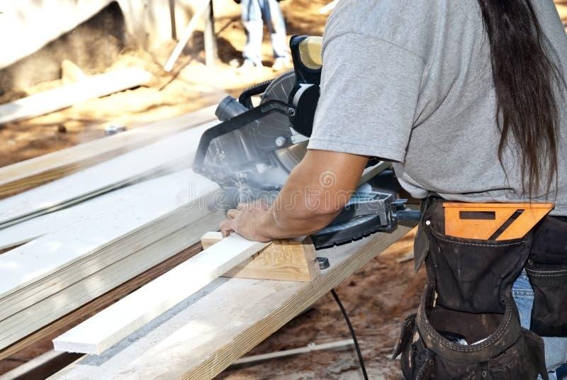 Bauarbeiter/Sawing lizenzfreies stockbild