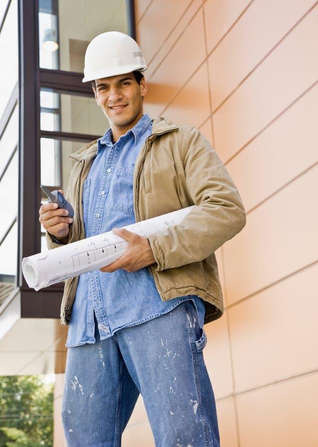 Bauarbeiterholding-Handy lizenzfreies stockbild