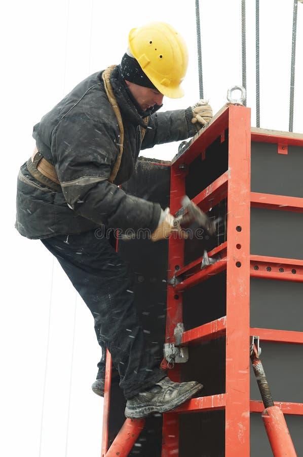Bauarbeitermontieren stockfoto