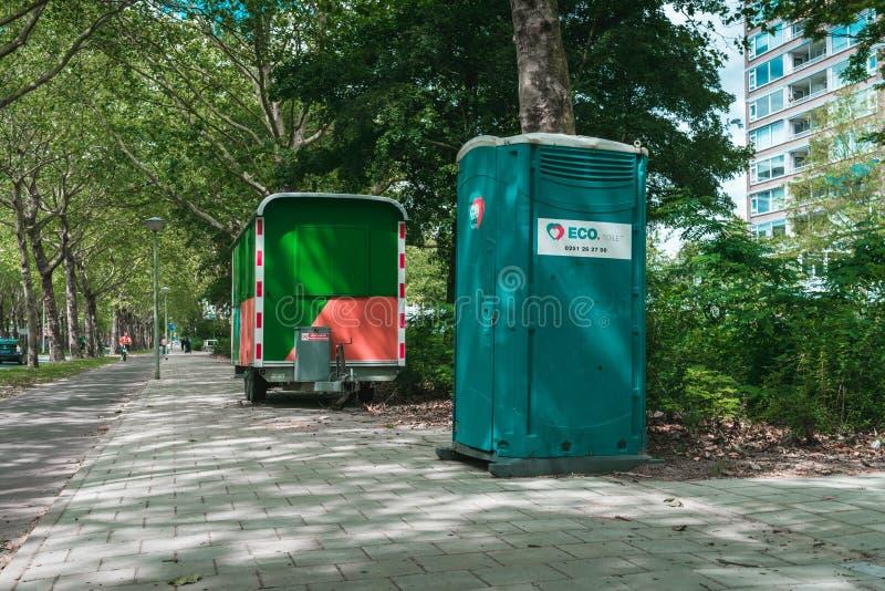 Baubüro, geparkt auf der Seite der Straße, Toilette im Freien lizenzfreie stockfotos