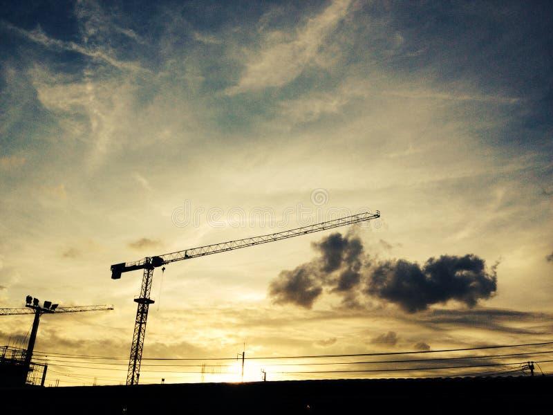 Baubereich mit Sonnenunterganghintergrund lizenzfreies stockfoto