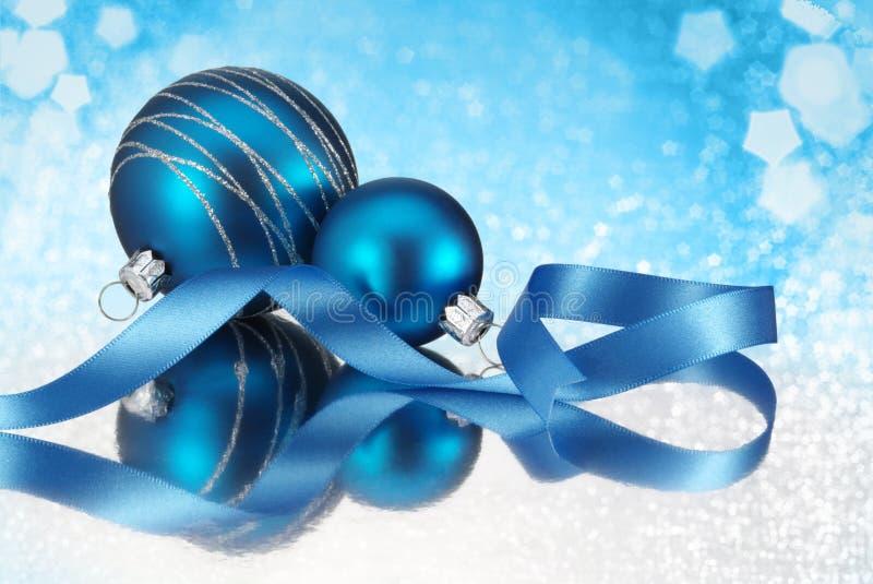 Bauble azul do Natal fotografia de stock