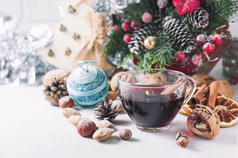 bauble błękitny bożych narodzeń składu szkło Szkło czerwień rozmyślał wino na stole z cynamonowymi kijami, Bożenarodzeniowe dekor fotografia royalty free