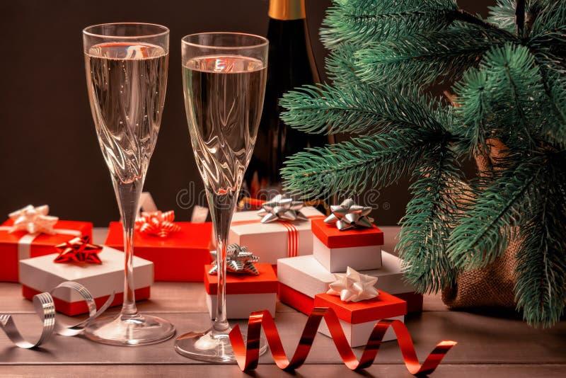 bauble błękitny bożych narodzeń składu szkło Dwa szkła szampan, mnóstwo prezentów pudełka z łękami i dekoracyjni faborki, świątec fotografia stock