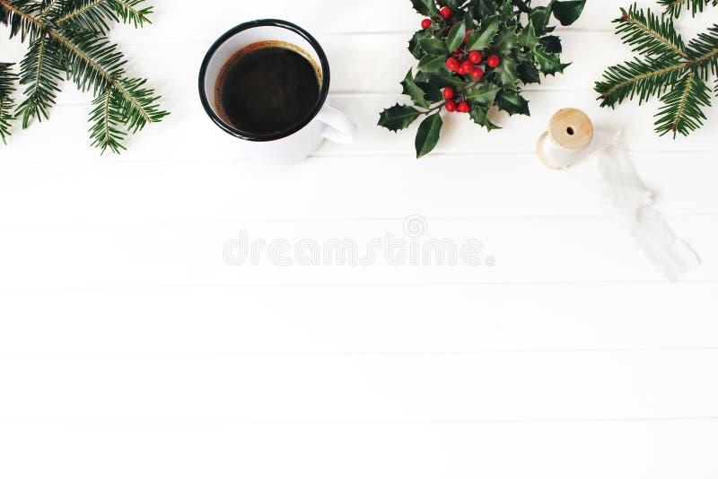 bauble błękitny bożych narodzeń składu szkło Zimy śniadania wciąż życia scena Rama jedlinowe gałąź, holly liście i jagody, jedwab obraz stock