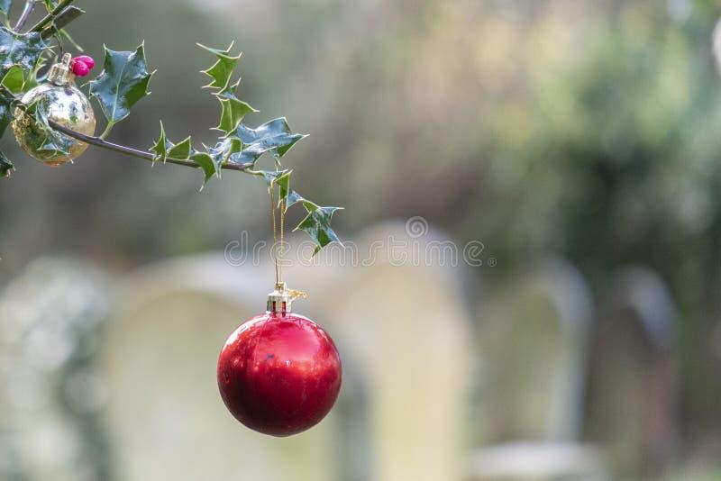 bauble de Navidad en el viejo cementerio de Southampton foto de archivo libre de regalías