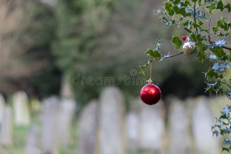 bauble de Navidad en el viejo cementerio de Southampton imágenes de archivo libres de regalías