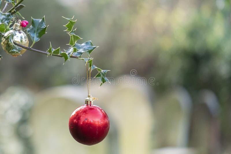 bauble de Navidad en el viejo cementerio de Southampton imagen de archivo