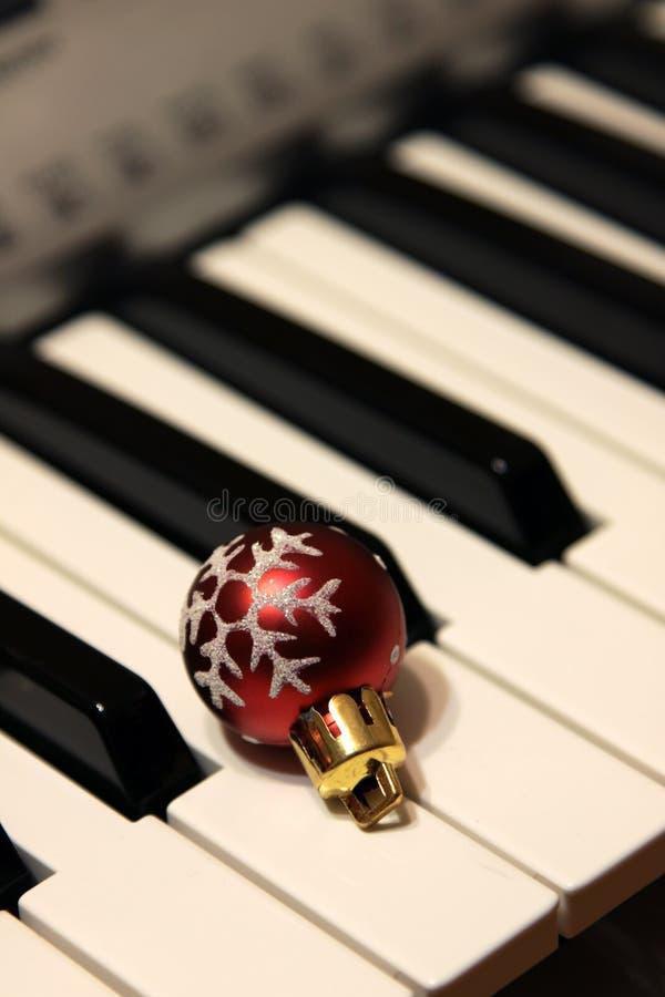 Bauble do Natal em chaves do piano fotos de stock royalty free