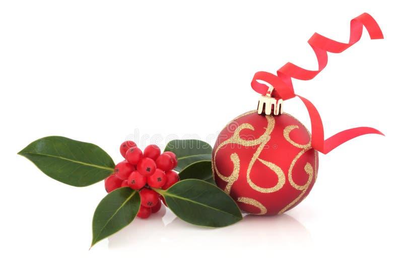 Bauble e azevinho do Natal foto de stock