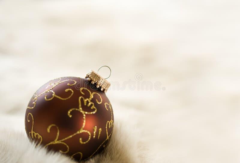 Bauble marrom ornamentado da árvore de Natal com espaço da cópia fotografia de stock royalty free