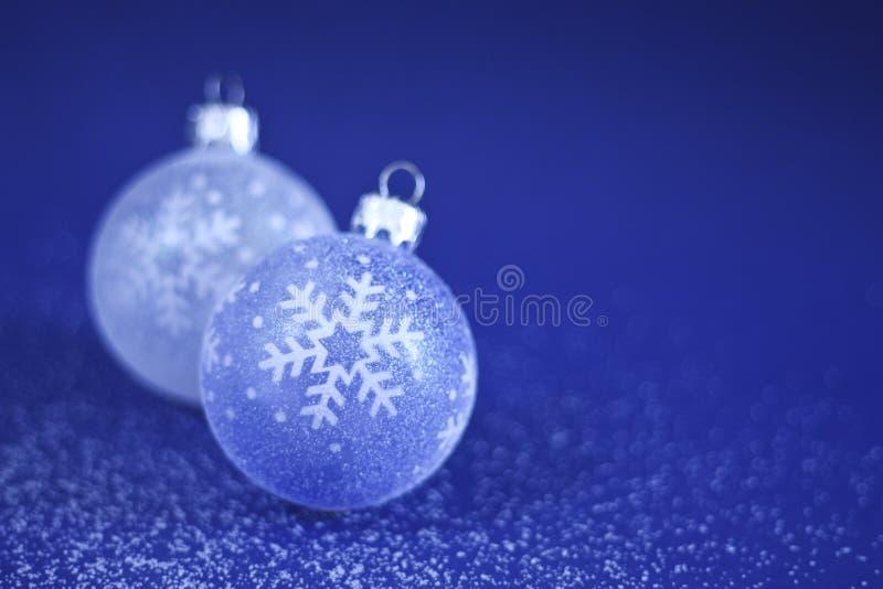 Baubles do Natal na neve foto de stock