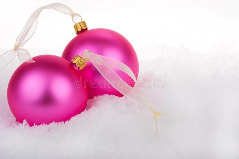 Baubles do Natal na neve imagens de stock