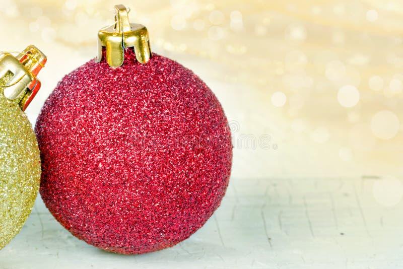Baubles dourados e vermelhos do Natal imagens de stock