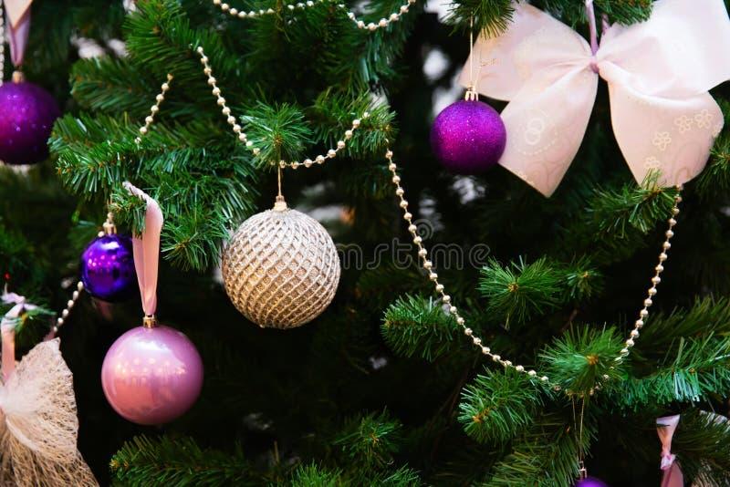 Baubles que penduram na árvore de Natal fotografia de stock