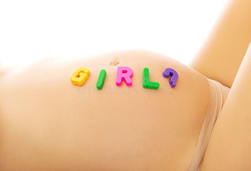 Bauch der schwangeren Frau mit Mädchenbeschriftung lizenzfreie stockfotos