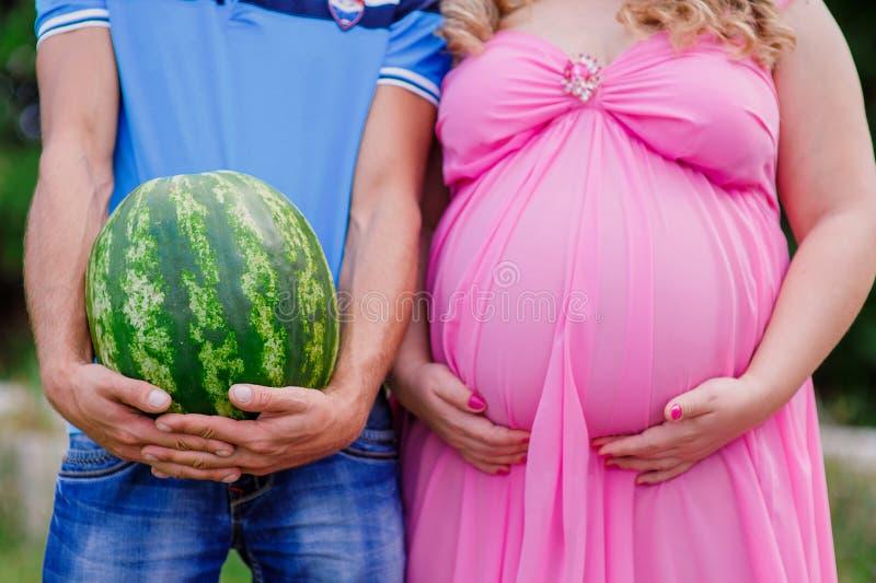 Bauch eines schwangeren Bauches und ihres Ehemanns stockbild