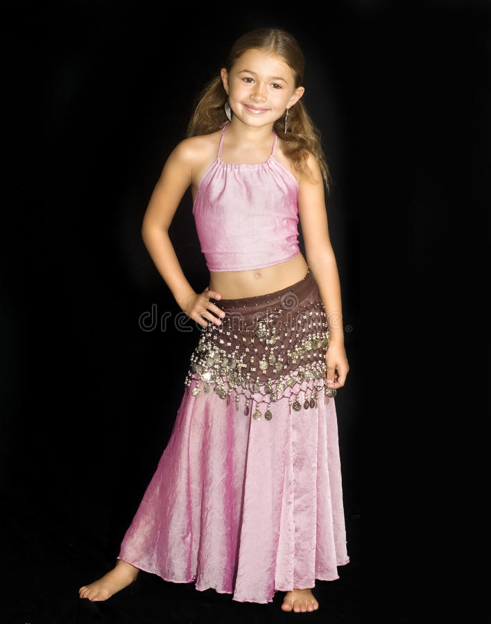 Bauchtanzenausstattung des kleinen Mädchens tragende stockfotografie