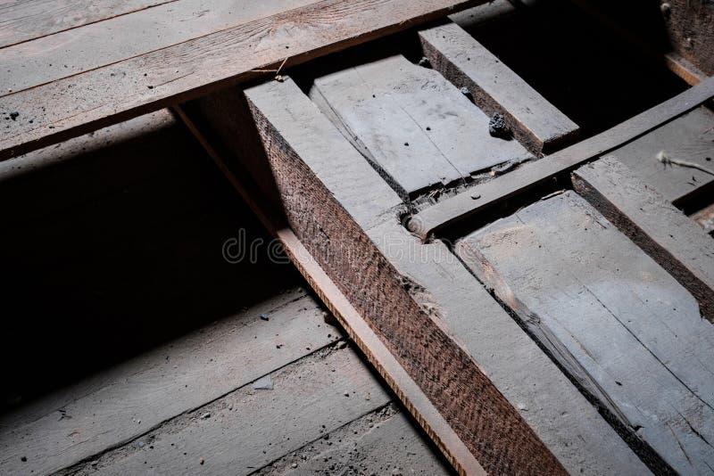 Baudetail-, -metall- und -holzstrahlnnahaufnahme im Dachboden/im Dachboden stockbild