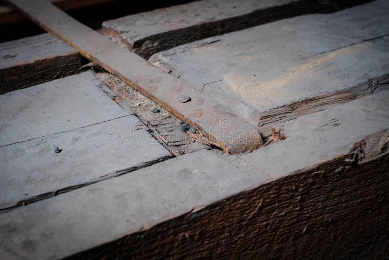 Baudetail-, -metall- und -holzstrahlnnahaufnahme im Dachboden/im Dachboden stockfotografie