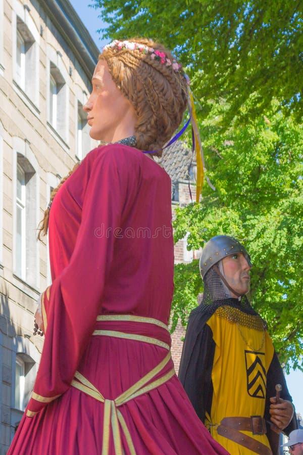 Baudoin IV et Alix от танцев Бельгии во время международного гигантского парада в Маастрихте стоковые фото
