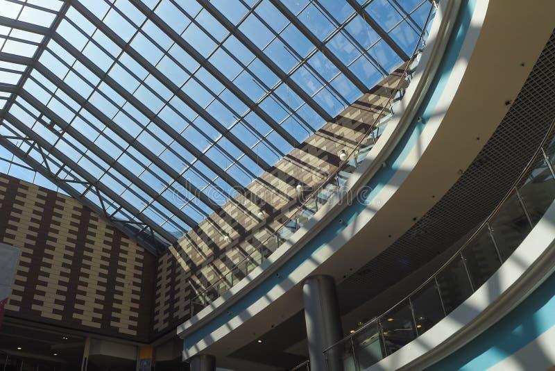 Bauelement Das Glasdach des Einkaufszentrums vom Innere lizenzfreie stockbilder