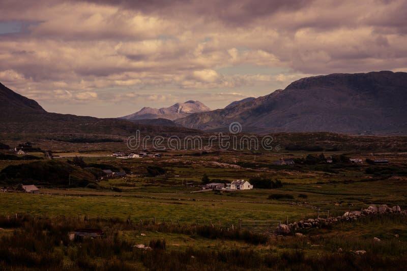 Bauernhöfe in einem Tal in der Grafschaft Mayo lizenzfreie stockfotos