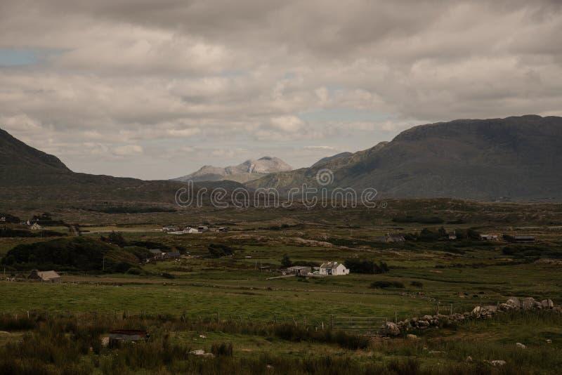Bauernhöfe im Tal in der Grafschaft Mayo, Irland stockfotos