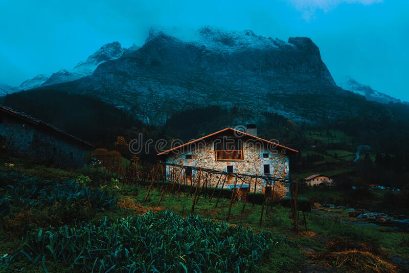 Bauernhaus in Atxondo unter Anboto lizenzfreies stockbild