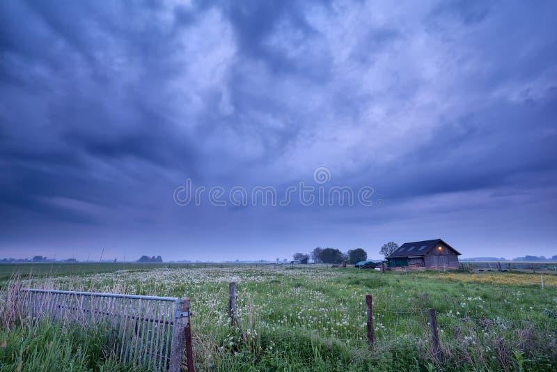 Bauernhaus in der Dämmerung lizenzfreie stockbilder