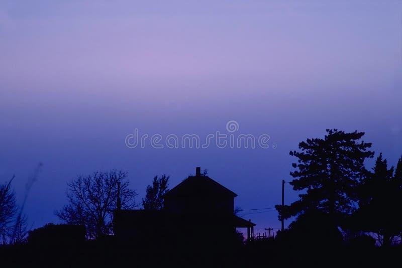Download Bauernhaus An Der Dämmerung Stockfoto - Bild von furchtsam, baum: 47618