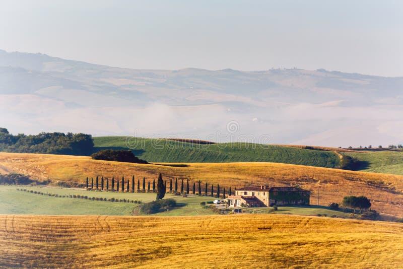 Bauernhaus in der Landschaft von Toskana stockbilder
