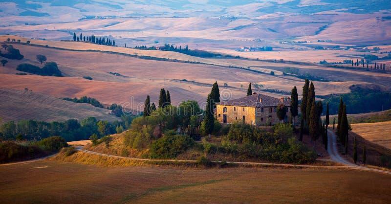 Download Bauernhaus in Toskana stockfoto. Bild von wiese, hügel - 26362466