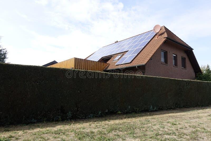 Bauernhaus unterSonnenenergie f.m. Otternhagener hed arkivfoton