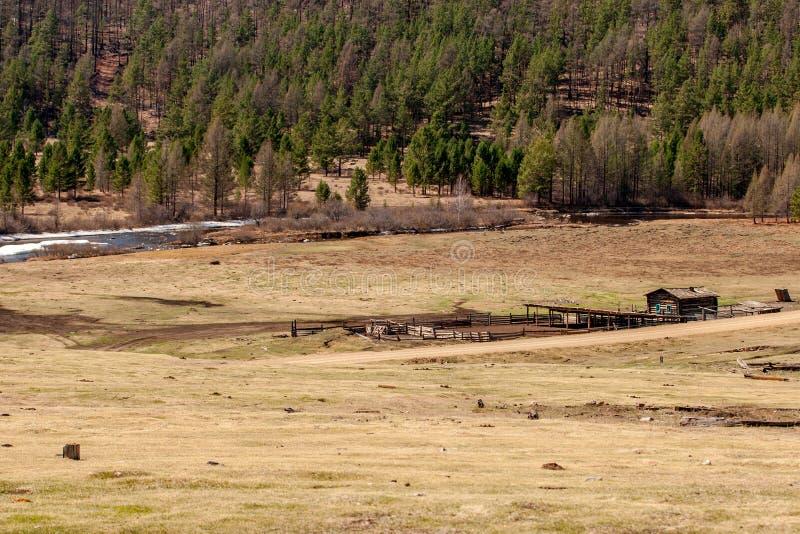 Bauernhof auf einem Gebiet durch den Fluss lizenzfreies stockbild