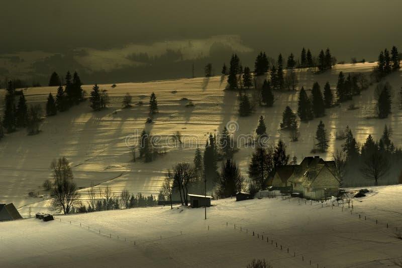 Bauernhof auf einer Gebirgskante stockfotografie