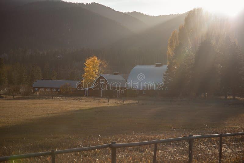 Bauernhof durch Berg lizenzfreie stockbilder
