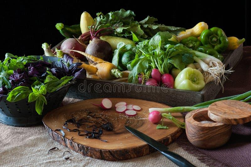 Bauernhof-frisches Erzeugnis in einer Küchenszene komplett mit hölzernem Ausschnitt stockbild