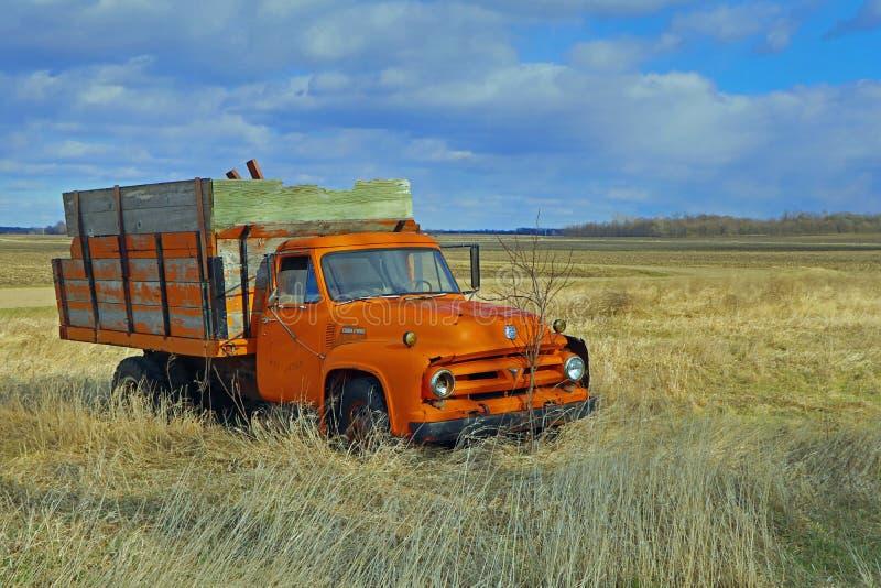 Bauernhof-LKW Fords F600 - Holzkiste stockbilder