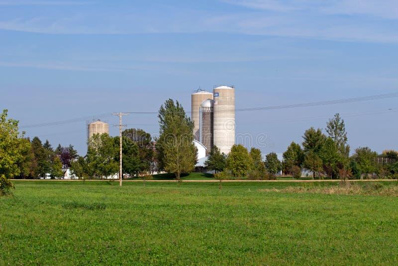 Bauernhof-Standort mit hohen Silos stockfoto